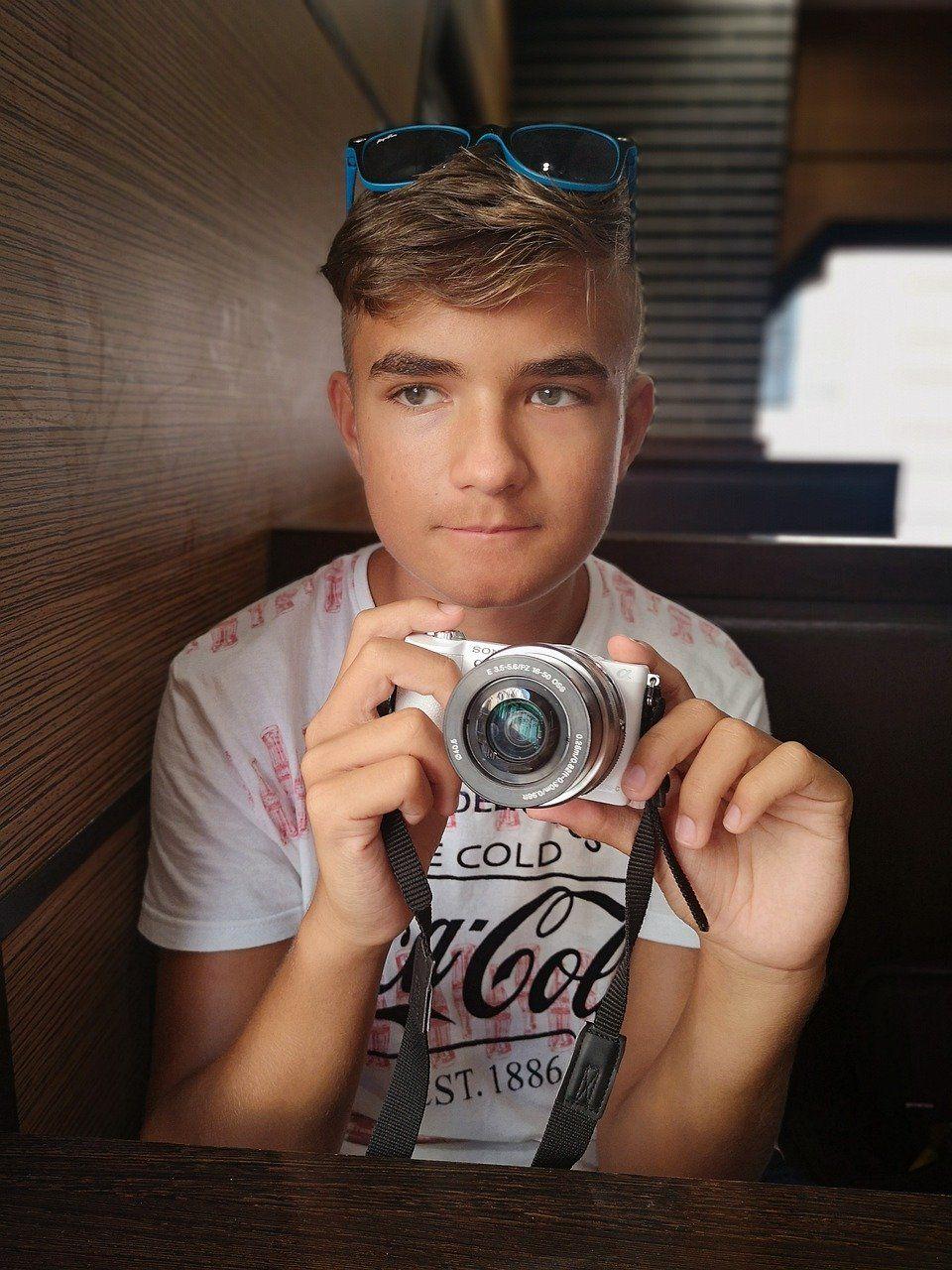 Foto de Jovén con una cámara de fotos